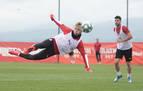 Brandon golpea el balón en el aire en un entrenamiento con el Girona.