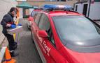 Los bomberos desinfectan con ozono ambulancias y coches policiales