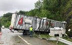 Un camión articulado se sale de la A15 a la altura de Gorriti