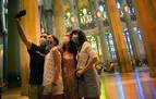Varias personas se fotografían en el interior de la Sagrada Familia en su reapertura a profesionales sanitarios y sus familias.