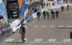 Una caída al final de la etapa empaña la victoria de Bennet en Roa de Duero