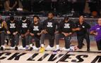 La NBA regresa con la rodilla en suelo contra el racismo durante el himno