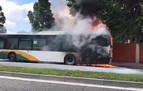 Incendio de una villavesa en Pamplona, en la Carretera Badostain