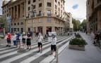 Trabajadores de Siemens Gamesa se encadenan y cortan unos minutos una calle en Pamplona