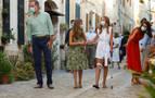 La infanta Sofía aparece en Baleares con muleta tras lesionarse la rodilla