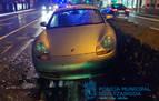 El conductor de un Porsche pierde el control en la plaza de la Paz y acaba sobre la mediana