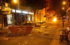 Un grupo de adolescentes limpia los destrozos tras los disturbios