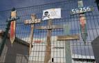 Cruces de madera con el número de los operarios que se han colocado a la entrada de la fábrica.