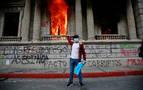 Cientos de manifestantes toman el Congreso y le prenden fuego