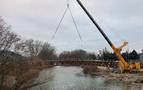 Instalada una nueva pasarela sobre el Arga entre Arazuri y Ororbia