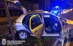 Choca contra un árbol, salta la mediana y golpea a otro coche en Pamplona