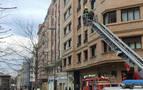 Los bomberos acuden a Carlos III a comprobar el estado de un edificio tras un pequeño desprendimiento