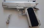 Encuentran una pistola con apariencia real en el coche de un conductor que dio positivo en drogas