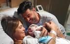 Paula Echevarría y Miguel Torres presentan a su hijo tras salir del hospital
