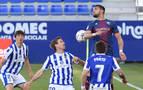 El Huesca gana con un gol en propia puerta de Elustondo