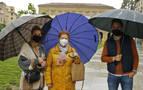 Pocos turistas en Pamplona en un día de lluvia y viento