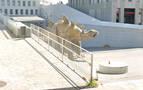 Aparece un cadáver dentro de la estatua de un dinosaurio en Santa Coloma