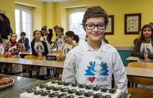 El primer MasterChef junior, el riojano Mario Palacios, protagoniza ante un grupo de niños una demostración de cocina con fines solidarios.