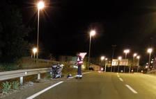 Un agente de la Policía Foral examina la moto accidentada