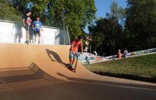 Desde la izquierda, los usuarios Marco Bolo Soriano, René Roldán Dos Anjos y Unai Gil Barandalla en el nuevo skate.