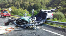 Estado en el que quedó el vehículo de la herida tras ser desatrapada por los bomberos