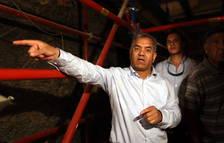 El ministro de Antigüedades, Mamduh al Dalmati, habla con la prensa en el interior de la pirámide de Zoser.