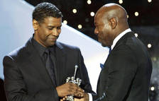 El actor estadounidense Denzel Washington (izda.) recibe el Premio Donostia de manos del director Antoine Fuqua