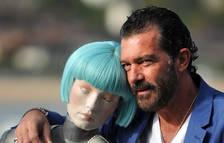 El actor malagueño Antonio Banderas posa con la robot Cleo antes de presentar su película 'Autómata'