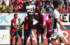 Los jugadores de Osasuna, tras el gol de Flaño