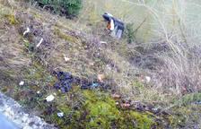 Talud que baja de Barañáin al río Arga con suciedad y basuras de todo tipo.