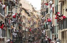 La manada de la ganadería de Jandilla, de Mérida (Badajoz), a su paso por la calle Estafeta durante el quinto encierro de los Sanfermines.