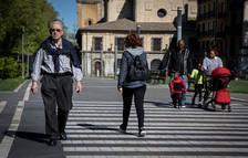 Imagen de varios viandantes atravesando un paso de peatones en el paseo Dr. Arazuri.
