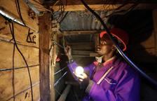 Un joven keniano abastece de electricidad a su poblado