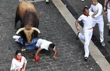 Momentos de tensión por el toro 'Huracán' en el tercer encierro
