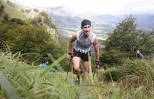 Uno de los participantes en la carrera, con las vistas del valle de fondo.