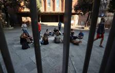 Gente reunida dentro de la escuela Collaso i Gil, uno de los centros de votación designadas para el referéndum de Cataluña.