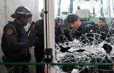 Guardias civiles en un centro de votación en Sarria de Ter.
