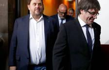 Puigdemont y Junqueras entran al Parlament tras la reunión.