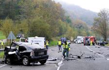 El Opel Astra, en primer plano, rebasó la línea continua cuando circulaba en sentido Pamplona, chocando frontalmente contra un Renault Megane, al fondo a la derecha.