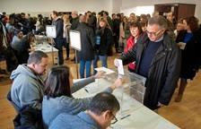 Largas filas en los colegios electorales de Cataluña