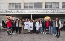 Los jugadores de Osasuna visitan a los niños ingresados en el CHN
