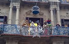 Los Reyes Magos salen al balcón del Ayuntamiento de Pamplona