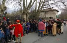 La comitiva de los Reyes Magos llegan al Puente de la Magdalena.
