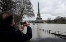 El río Sena se desborda a su paso por París