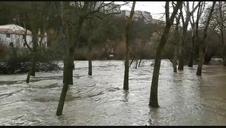 El río Arga, desbordado en la Rochapea