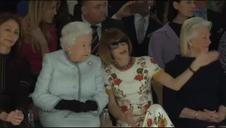 Isabel II asiste al desfile de cierre de la Semana de la Moda de Londres