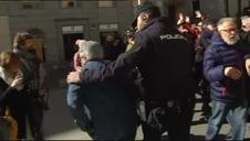 Miles de pensionistas saltan el cordón policial y bloquean las puertas del Congreso