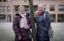 Mª Cruz Elorz Ibarrola y Mª Pilar López Martínez posan en la plaza Consistorial de Barañáin.