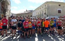 Los algo más de un centenar de participantes, a punto de tomar la salida en las calles de Arguedas.