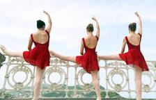 Jóvenes bailarines y bailarinas en la playa de la Concha